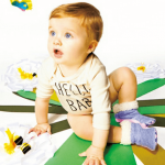 ボディスーツを着た金髪の赤ちゃん