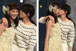 三吉彩花さんが新川優愛さんの頬へキス