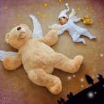 赤ちゃんの夢の中(くまのぬいぐるみと一緒に星空を飛んでいる)