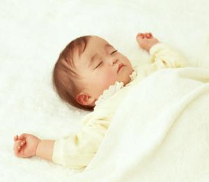 睡眠中の生後4ヶ月の赤ちゃん