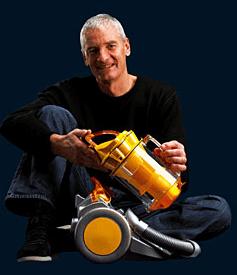 dyson掃除機を持った創業者のジェームズ・ダイソンさん