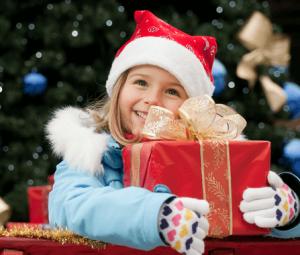 クリスマスプレゼントを受け取って嬉しそうな女の子