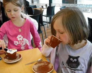 コーヒーを飲んでいる2人の女の子