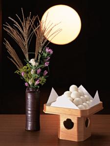お月見には月見団子とススキなど自然のものを