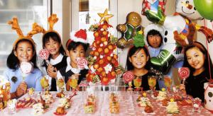 クリスマスパーティで仮装をする子供たち
