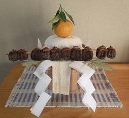 みかんや干し柿が飾ってある鏡餅2