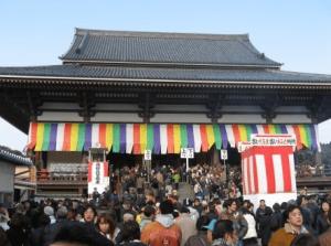 初詣東京おすすめ神社人気ランキング第7位の西新井大師の初詣の様子