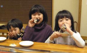 恵方巻きを食べる子ども