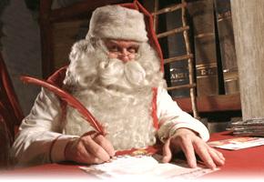 手紙の返事を書いているサンタクロース