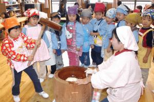 餅つきの由来と意味を保育園の子どもに説明