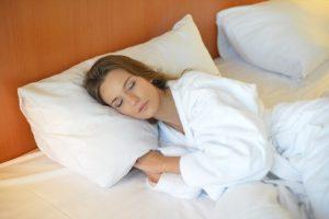 ベットで寝ている女性