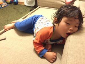寝相の悪い子供