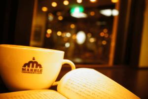 睡眠せずに夜は読者をする